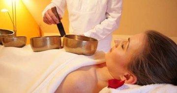 Die Rollenmassage kann auch ein Massagesessel übernehmen
