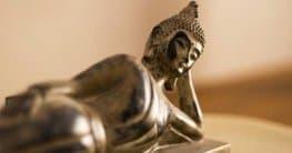 Eine Buddha Figur im Raum gibt eine Aura der Besinnung und Entspannung